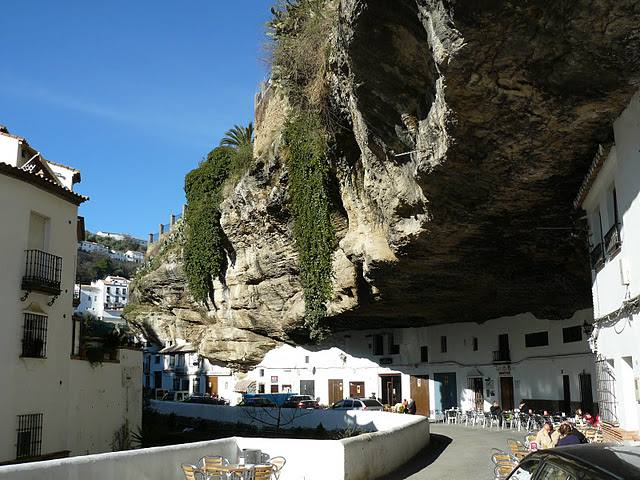 spain-geological-mystery-houses-in-the-mountain