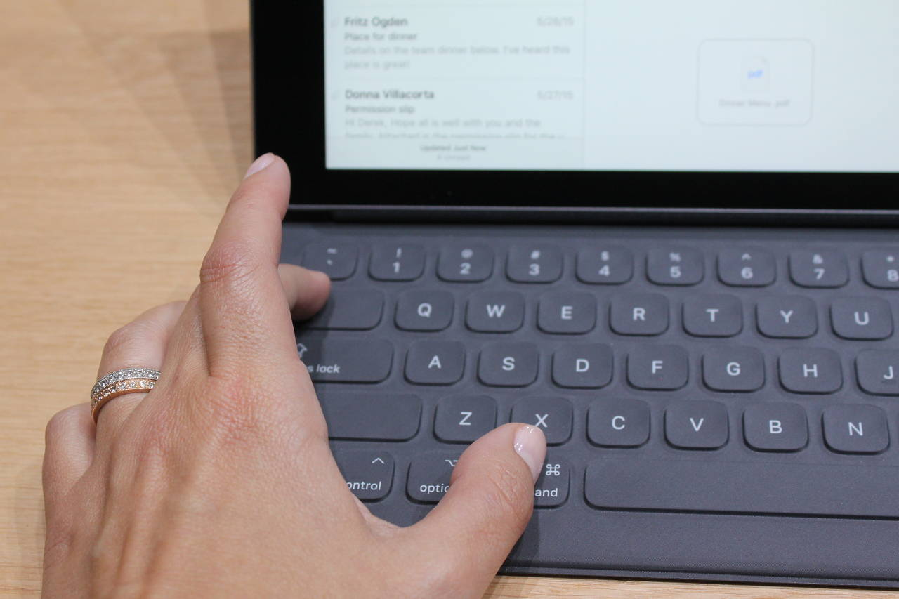 ipad-pro-vs-surface-pro-4-keyboard-felt-keys